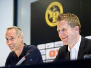 Das Strahlen der verdienten Sieger: Sportchef Christoph Spycher (rechts) und Trainer Adi Hütter (Bild: KEYSTONE/ANTHONY ANEX)