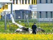 Das in Innsbruck abgestürzte Kleinflugzeug, in dem zwei Menschen ums Leben kamen, ist aus der Schweiz gekommen. FOTO: APA/ZEITUNGSFOTO.AT7DANIEL LIEBL (Bild: KEYSTONE/APA/APA/ZEITUNGSFOTO.AT7DANIEL LIEBL)