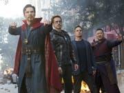"""Szene aus """"Avengers: Infinity War."""" V.l.: Benedict Cumberbatch, Robert Downey Jr., Mark Ruffalo und Benedict Wong. An den nordamerikanischen Kinokassen hatte der Film ein rekordverheissendes Startwochenende. (Bild: Keystone/AP Disney-Marvel/CHUCK ZLOTNICK)"""