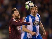 Lionel Messi im Duell mit dem Schweizer Internationalen Fabian Schär (Bild: KEYSTONE/AP/LALO R. VILLAR)