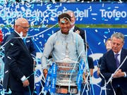 Der nächste Pokal: Rafael Nadal badet nach seinem 11. Titel in Barcelona im Konfettiregen (Bild: KEYSTONE/EPA EFE/ALEJANDRO GARCIA)