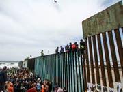 Zahlreiche Flüchtlinge bitten an der Grenze der USA zu Mexiko nahe der mexikanischen Grenzstadt Tijuana um Einlass in die Vereinigten Staaten. (Bild: KEYSTONE/EPA EFE/JOEBETH TERRIQUEZ)
