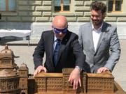Bundesrat Ueli Maurer ertastet das haptische Modell des Bundeshauses. (Bild: SBV)