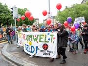 """Mit bunten Transparenten und unterschiedlichen Anliegen gingen am Tag der Arbeit Tausende Menschen in der Schweiz auf die Strasse. Die Hauptforderung der Gewerkschaften lautete """"Lohngleichheit. Punkt. Schluss."""" (Bild aus Zürich) (Bild: KEYSTONE/PATRICK HUERLIMANN)"""