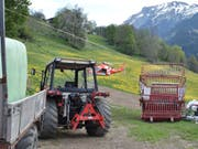 Tragödie auf einem Bündner Bauernhof: Beim Abladen von Heuballen hat ein Bauer mit seinem Traktor einen eineinhalbjährigen Jungen angefahren und schwer verletzt. (Bild: Kapo GR)