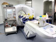 In den Universitätsspitälern Genf (HUG) stehen modernste Geräte der bildgebenden Verfahren auch für Autopsien zur Verfügung. (Bild: KEYSTONE/MAGALI GIRARDIN)