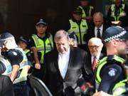 Ihm wird wegen Vorwürfen des sexuellen Missbrauchs der Prozess gemacht: Vatikan-Finanzchef George Pell (m). (Bild: Keystone/EPA/JOE CASTRO)