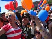 Anhänger von Armeniens Oppositionsführer Nikol Paschinjan in der Hauptstadt Eriwan. Paschinjan verspricht einen Kampf gegen Korruption und Armut in Armenien. Zudem will er vorgezogene Neuwahlen. (Bild: Keystone/AP/THANASSIS STAVRAKIS)