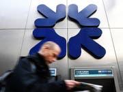 Zu viele Zweigestellen: Die Royal Bank of Scotland (RBS) schliesst Dutzende Filialen und streicht 800 Stellen. (Bild: Keystone/EPA/ANDY RAIN)
