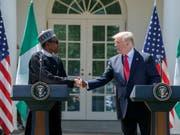Der zweifache Selbstmordanschlag ereignete sich nur einen Tag nach dem Besuch von Nigerias Staatschef Muhammadu Buhari (links) bei US-Präsident Donald Trump (rechts) im Weissen Haus. (Bild: KEYSTONE/EPA/SHAWN THEW)