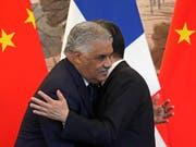 Umarmung nach Unterzeichnung der gemeinsamen Erklärung: Die Aussenminister Chinas und der Dominikanischen Republik, Wang Yi (r) und Miguel Vargas (l). (Bild: Keystone/AP/ANDY WONG)