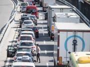 Bereits am Mittwoch staute sich der Verkehr vor dem Gotthard in Richtung Süden. (Bild: KEYSTONE/URS FLUEELER)