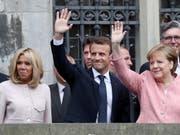 Das Ehepaar Macron mit Bundeskanzlerin Merkel vor dem Aachener Rathaus (Bild: KEYSTONE/EPA/FRIEDEMANN VOGEL)
