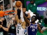 Starke Vorstellung. Celtics-Rookie Jayson Tatum (li.) lässt sich von Philadelphias Joel Embiid nicht stoppen (Bild: KEYSTONE/EPA/CJ GUNTHER)