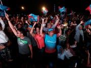 In Malaysia gab es nach dem Wahlsieg der Opposition bei der Parlamentswahl vielerorts Freudenfeiern auf den Strassen. (Bild: KEYSTONE/AP/ANDY WONG)