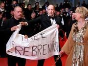 Mit einer Protestaktion auf dem roten Teppich in Cannes wollte ein Filmteam für Aufmerksamkeit für seinen Regisseur sorgen. (Bild: KEYSTONE/EPA/IAN LANGSDON)