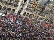 Rund 30'000 Menschen haben bei einer Demonstration in der Innenstadt von München gegen das neue bayerische Polizeiaufgabengesetz demonstriert. (Bild: Keystone/DPA/FELIX HÖRHAGER)