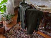 Die Preise für die chemische Reinigung eines Sakkos und einer Anzugshose variieren je nach Land beträchtlich. (Bild: KEYSTONE/PETRA OROSZ)