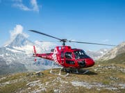 Die Air Zermatt barg am Donnerstag einen Jugendlichen am Fusse des Monte-Rosa-Massivs aus einer 12 Meter tiefen Gletscherspalte. Der 17-Jährige überlebte den Sturz nicht. (Bild: KEYSTONE/DOMINIC STEINMANN)