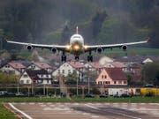 Harte Landung für einen Piloten: Nachdem er Blau gemacht hatte, wurde ihm gekündigt. (Bild: KEYSTONE/CHRISTIAN MERZ)