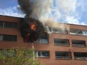 Um sich vor den Flammen zu retten, sprangen die Bewohner aus dem Fenster. Weshalb die Wohnung in Zürich-Oerlikon in Brand geriet, ist noch unklar. (Bild: Stapo Zürich)