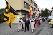 Die Fahnendelegation mit den Delegierten auf dem Marsch zum Bodenschulhaus. (Bild: Franz Imholz Andermatt, 9. Mai 2018)