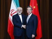 Chinas Aussenminister Wang Yi (rechts) und Irans Aussenminister Javad Zarif (links) hatten vor einiger Zeit bessere Handelsbeziehungen für ihre Länder vereinbart - nun geht eine neue Handelstrasse zwischen den beiden Staaten in Betrieb. (Bild: KEYSTONE/EPA GETTY IMAGES POOL/LINTAO ZHANG / POOL)