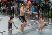 Trotz Regen macht es Spass: Niko(10), Maja(9), Anja(7) und Luka(6) sind die ersten im neuen Planschbecken. (Bild: Sepp Odermatt)