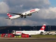 Die Fluggesellschaft Swiss hat im April mehr Passagiere befördert und auch mehr Flüge durchgeführt. (Bild: Keystone/CHRISTIAN MERZ)