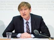 Erlässt der Bund neue Gebühren oder erhöht bestehende, soll Preisüberwacher Stefan Meierhans immer angehört werden. Der Bundesrat befürwortet eine entsprechende Motion. (Bild: KEYSTONE/PETER SCHNEIDER)