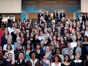 Schauspielerinnen und Regisseurinnen forderten auf dem roten Teppich in Cannes gleiche Rechte in der Filmbranche. (Bild: KEYSTONE/EPA/FRANCK ROBICHON)