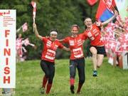 Elena Roos, Julia Gross und Judith Wyder (von links) freuen sich über eine weitere Goldmedaille des Schweizer Teams (Bild: KEYSTONE/SWISS ORIENTEERING/REMY STEINEGGER)