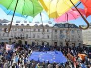 In Polen haben Tausende Menschen gegen die Justizreform der Regierung protestiert, die einen Streit mit der Europäischen Union ausgelöst hat. (Bild: KEYSTONE/AP/CZAREK SOKOLOWSKI)