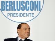 Der Weg zurück in eine politisches Amt ist wieder frei für Silvio Berlusconi. (Bild: KEYSTONE/AP/ANDREW MEDICHINI)