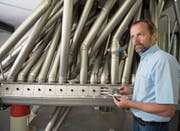 Geschäftsführer Franz Suter prüft in der Pfisternmühle die Mehlqualität. (Bild: Corinne Glanzmann (Alpnach, 8. Mai 2018))