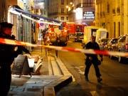 Tödliche Messer-Attacke in der Nähe der Pariser Oper: Die Polizei sperrt das Gebiet weiträumig ab. (Bild: KEYSTONE/AP/THIBAULT CAMUS)