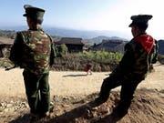 Zwei Mitglieder der TNLA-Miliz im Bundesstaat Shan im Norden Myanmars. (Bild: KEYSTONE/EPA/NYEIN CHAN NAING)