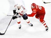 Unglücklich gekämpft: Der Schweizer Torschütze Sven Andrighetto (li.) entwischt dem Russen Maxim Schalunow, geht aber am Ende als Verlierer vom Eis (Bild: KEYSTONE/SALVATORE DI NOLFI)