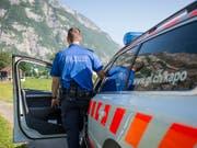 Die Kantonspolizei Glarus muss den Hintergrund eines tödlichen Beziehungsdelikts in Näfels GL aufklären. (Bild: KEYSTONE/GIAN EHRENZELLER)