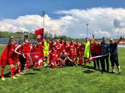 So sehen Sieger aus: Das Parlamentarier-Fussballteam hat in Österreich den EM-Titel gewonnen. (Bild: NR Matthias Aebischer per Twitter)
