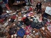 Trauernder auf den Trümmern einer beim Beben vor zehn Jahren in Sichuan zerstörten Schule. (Bild: KEYSTONE/AP/David Guttenfelder)