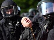 Die deutsche Polizei hat im Zusammenhang mit dem G-20-Gipfel im Juli 2017 in Hamburg zahlreiche Fahndungen nach Personen in 15 Ländern eingeleitet. (Bild: KEYSTONE/EPA/FILIP SINGER)