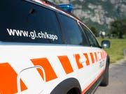 Die Kantonspolizei Glarus ermittelt in einem Beziehungsdelikt, bei dem am Freitagabend ein 30-jähriger Türke gestorben ist. (Bild: KEYSTONE/GIAN EHRENZELLER)