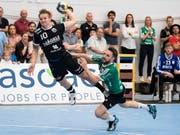 Dynamisch zum Auswärtssieg: Pfadi Winterthur (mit Jonas Langerhuus, re.) gewann zum Auftakt des Playoff-Finals gegen Wacker Thun (Bild: KEYSTONE/PETER SCHNEIDER)