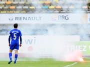 Petarden statt Fussball: Chaoten aus dem Umfeld des FC Lausanne-Sport haben am Sonntag ein Spiel der höchsten Schweizer Spielklasse zum Abbruch gebracht. Später wurden einige von ihnen in der Stadt festgenommen. (Bild: KEYSTONE/LAURENT GILLIERON)