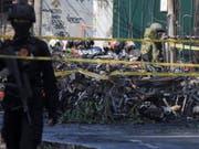 Experten der Sicherheitskräfte an einem der Anschlagsorte in Surabaya. Insgesamt wurden dort bei Anschlägen auf Christen elf Personen getötet. (Bild: KEYSTONE/EPA/STR)