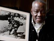 Der südafrikanische Fotograf Sam Nzima ist im Mai 2018 im Alter von 83 Jahren gestorben. Berühmt machte ihn dieses Foto von 1976. Es zeigt einen Schwarzen, der den sterbenden Hector Pieterson in den Armen hält. (Bild: Keystone/AP/DENIS FARRELL)