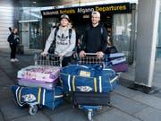 Kevin Fiala (links) und Roman Josi bei der Ankunft am Flughafen von Kopenhagen. Das Duo von Nashville verstärkt ab sofort das Schweizer Nationalteam an der WM in Dänemark (Bild: KEYSTONE/SALVATORE DI NOLFI)