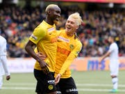 Ganz in Blond feierten die YB-Spieler Moumi Ngamaleu (links) und Christian Fassnacht vor heimischem Publikum einen weiteren Sieg des Meisters (Bild: KEYSTONE/ANTHONY ANEX)