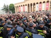 Tausende sind am Samstag in Georgien auf die Strasse gegangen, um gegen willkürliche Polizeiaktionen zu protestieren. (Bild: KEYSTONE/EPA/ZURAB KURTSIKIDZE)